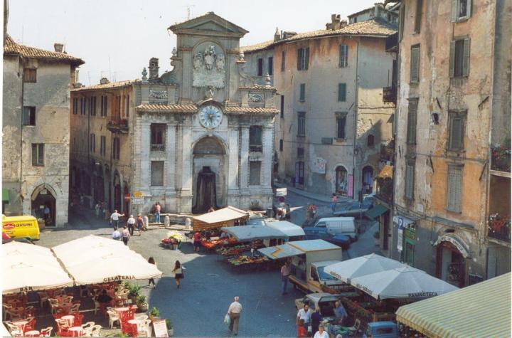 piazza-del-mercato-in-just-round-the-corner-from-my-home-in-spoleto-1
